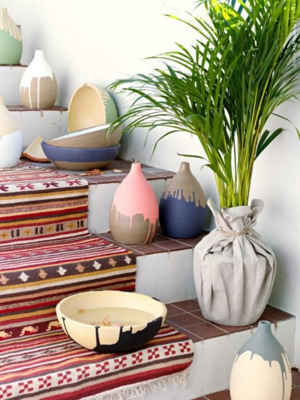 Aqui, além do tapete, alguns vasos foram colocados nos degraus. Se a sua escada for larga, essa é uma ótima idéia