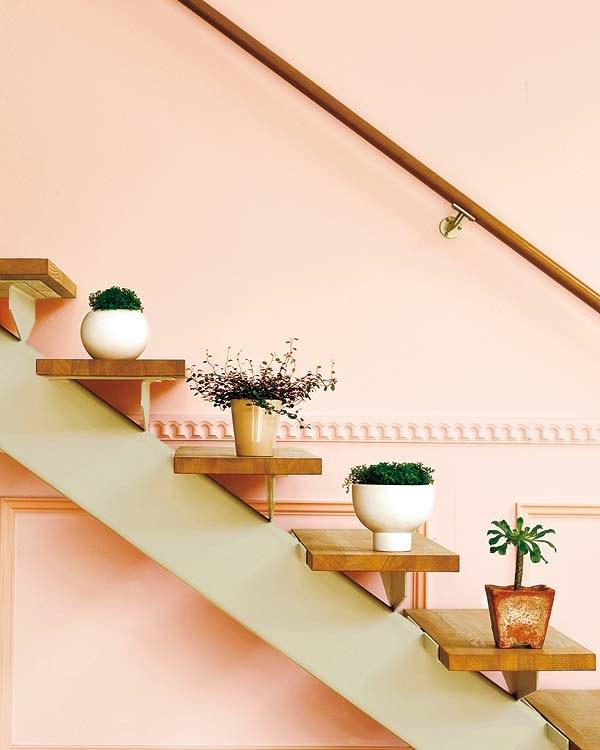 Mas o mais simples e menos trabalhoso mesmo, é apenas dispor alguns objetos ao longo da escada. Vasos com plantas são ótimos porque dão vida à qualquer ambiente