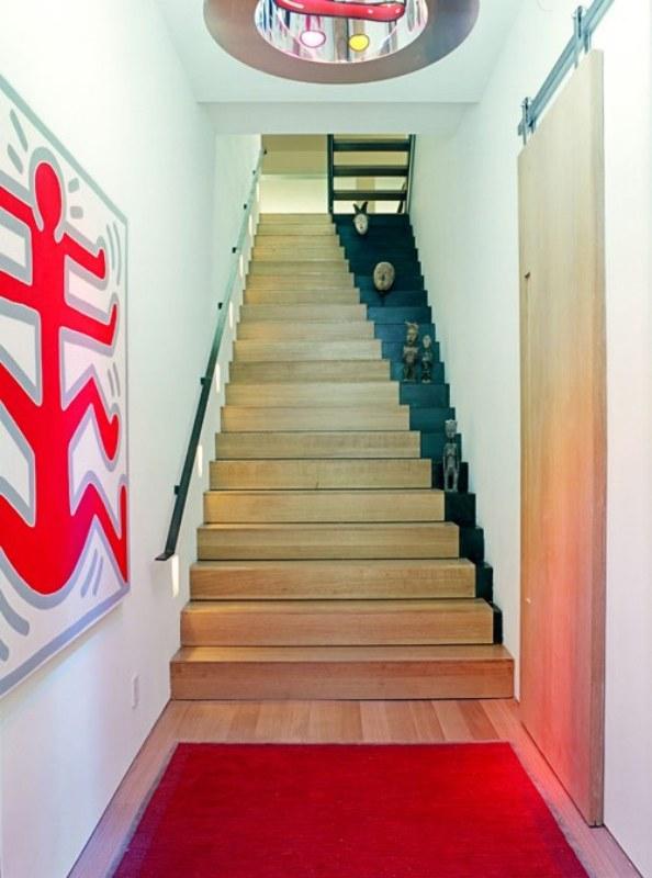 Para não cansar logo, o ideal é pintar só um pedacinho da escada, como nessa imagem, formando uma linha diagonal