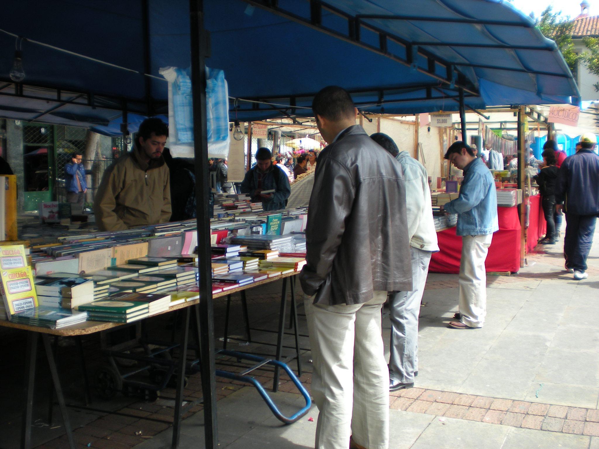 Feira de livros na Plazoleta del Rosário