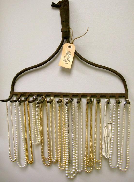 Bijuterias - Se os seus colares andam espalhados pela casa, um ancinho (aquele utensílio de jardinagem que é também conhecido como ciscador) pode ser a solução para deixá-los em ordem