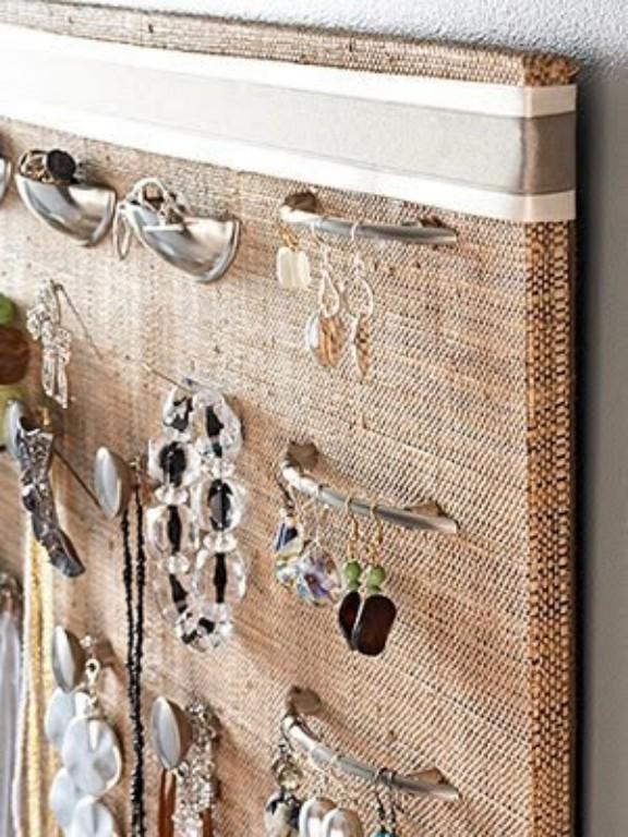 Se tem puxadores de gavetas ou armários sobrando, pode aparafusá-los numa placa de madeira e pendurar as bijuterias, fica charmoso e deixa os acessórios à vista