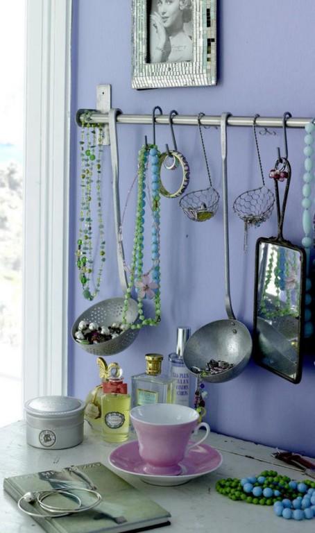 Utensílios de cozinha sempre quebram o maior galho na hora de organizar qualquer coisa, para as bijuterias, então, nem se fala. Essa imagem eu encontrei no site Latino Living, mas no site da Jardinaria, para onde eu também escrevo, tem muitas outras idéias de organização de bijus com objetos da cozinha (link abaixo)