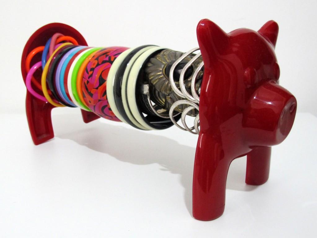 E assim é com eu guardo as minhas pulseiras, nesse porquinho que é originalmente um porta papel toalha