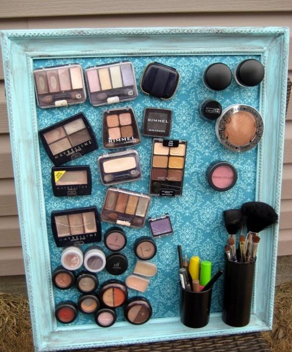 Maquiagens - Se você tem um quadro magnético em casa (desses que a gente costuma deixar na área de trabalho para pendurar recados) pode fazer igual. No blog Laura Thoughts tem o tutorial (link abaixo)