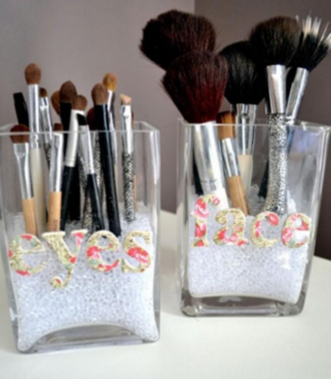 Outra solução boa é separar os pincéis de olho dos pincéis de rosto e marcar devidamente cada potinho