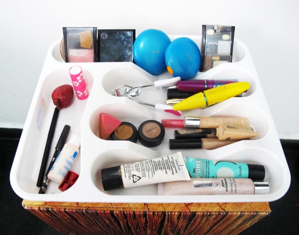 Também não tenho poucos produtos de maquiagem, então uso um divisor de gaveta de talheres para organizá-los