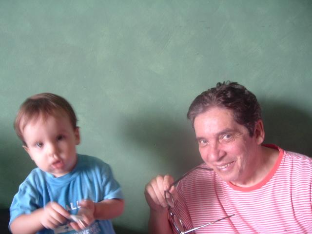 Vovó Domingos brinca com seu único neto homem, Gabriel