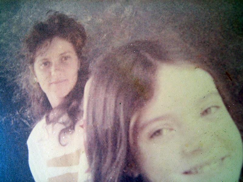 """Mariana (à frente) com Priscila, mulher de Domingos desde que Mariana tinha 9 anos. """"Ela foi uma 'boadrasta"""""""