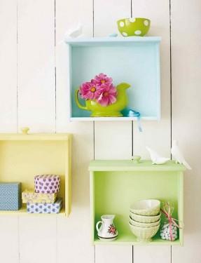 Pintadas em cores diferentes, as gavetinhas servem de apoio para louças e enfeites e ficam uma graça na parede da cozinha