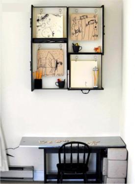 Coladas ou aparafusadas umas às outras e depois presas na parede, este conjunto de gavetas serve de moldura para os desenhos