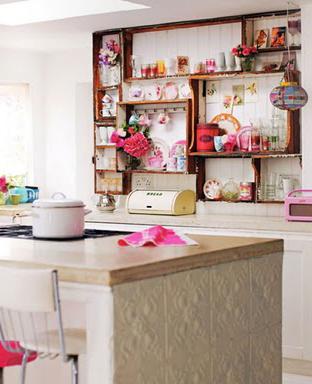 Aqui nesta foto do blog Decor8 os fundos das gavetas foram retirados e elas ganharam a função de prateleiras na cozinha