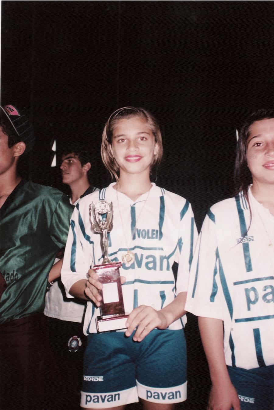 Campeã de vôlei, com o time da escola, aos 15 anos, no ensino médio