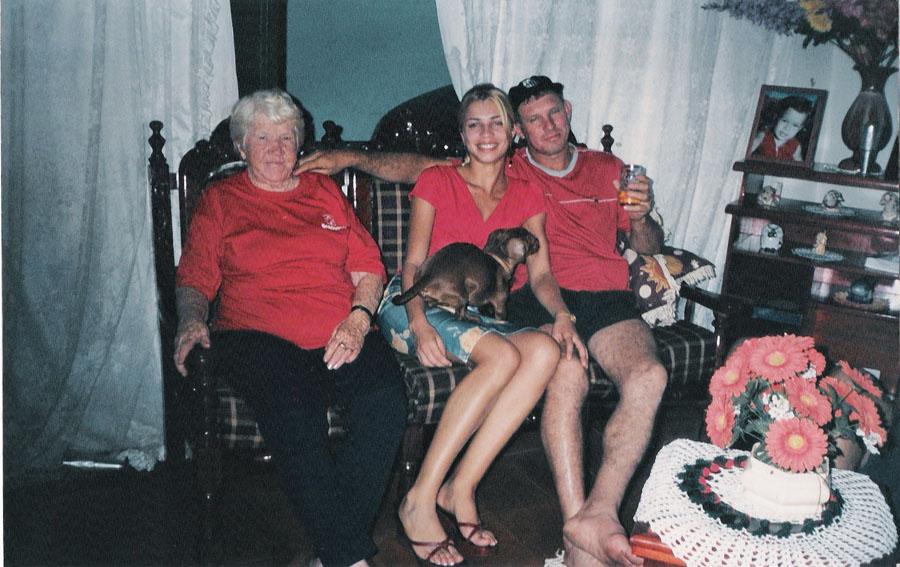 Aos 17 anos, antes da fama, com o pai e a avó, em Jacarezinho