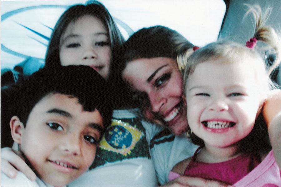 Grazi em Paranaguá, onde vive seu pai, em 2006: com Alexandre e as sobrinhas