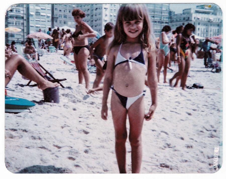 Grazi, aos  5 anos, no Rio de Janeiro, na primeira vez  que viu o mar.  Seu pai demorou um ano para pagar a viagem