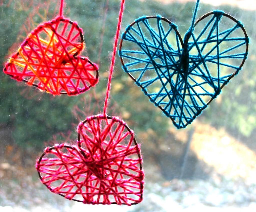 """Corações feitos com arame e linha de crochê para enfeitar as janelas. No link """"tutorial corações de arame"""" você aprende a fazer. É bem facinho"""