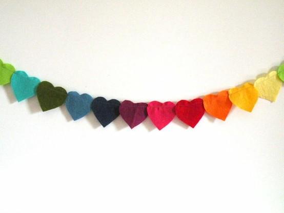 Aqui o material usado é feltro. Para fazer, basta cortar vários pedaços de cores diferentes em formato de coração e depois costurá-los (na máquina ou à mão mesmo)
