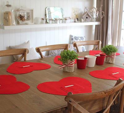 Também feito de feltro, esse jogo americano é ótimo para um jantarzinho romântico e sem frescura. Mas mesmo sendo simples de fazer, recomendo só para quem gosta de costurar, pois depois de cortar o feltro em forma de coração precisa fazer o acabamento