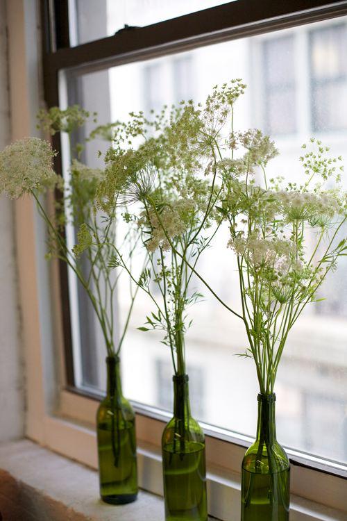 """Vaso - Vamos começar pelo mais simples e óbvio: transformar as garrafas em vasos para hastes de plantas ou para flores. É só lavar bem e deixar as garrafas imersas em água por um tempo para que o rótulo possa ser retirado com mais facilidade. Se ficar umas marquinhas de cola, passar um pano com álcool ou """"Varsol Casa"""" resolve"""
