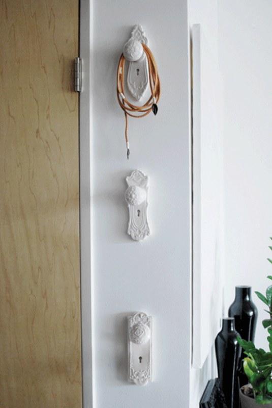 Maçanetas também cumprem bem o papel de cabideiro de parede. Os modelos antigos e bem rococós podem ser pintados com spray e presos diretamente na parede
