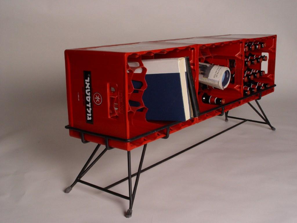 Outra sugestão é criar uma base para os engradados e transformá-los em um aparador como este
