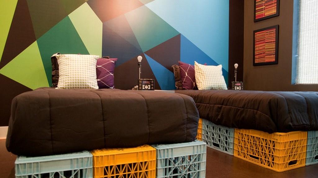 Para quem se mudou há pouco tempo e ainda não conseguiu comprar uma cama, pode usar engradados de plástico como base para o colchão