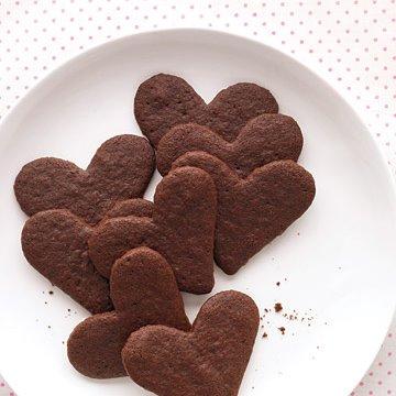 Para quem se garante na cozinha, que tal fazer uns biscoitos para adoçar mais ainda o dia? A receita pode ser a que você quiser, mas para ficarem bonitos assim tem que providenciar as forminhas em formato de coração