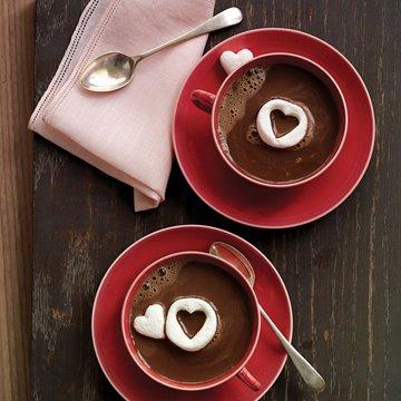 """Se estiver friozinho, um edredom e duas xícaras de chocolate quente resolvem. Não sabe como faz? Clica no link """"receita de chocolate quente"""""""