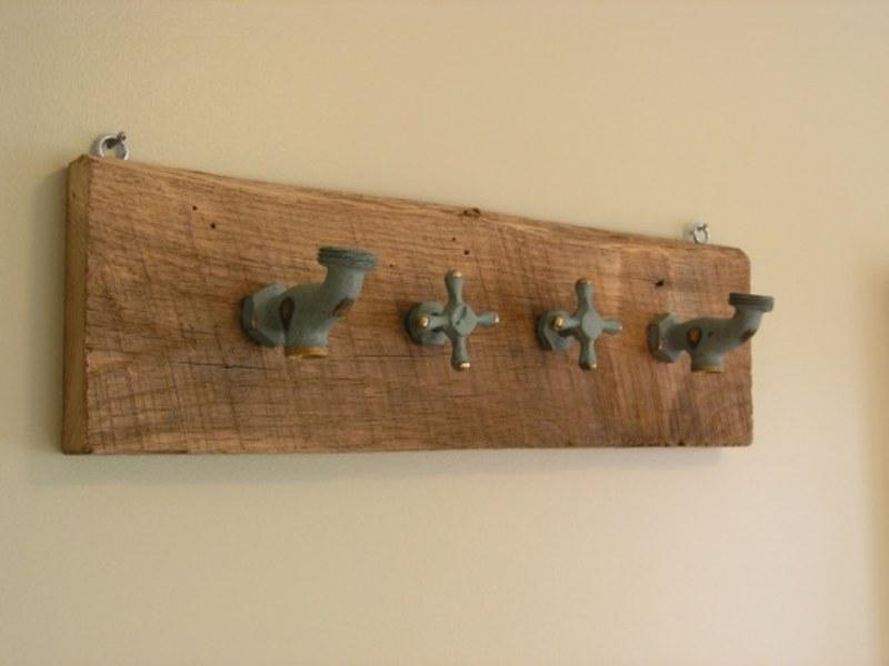 Outra sugestão para criar um cabideiro bem original é reaproveitar torneiras velhas