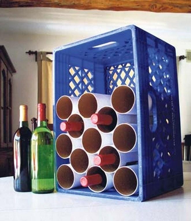 Essa idéia é ótima para quem não tem uma adega em casa mas não abre mão de um vinhozinho. As caixas que servem para transportar garrafas já vêm com divisórias mas se este não é o caso da sua, você pode improvisar usando pedaços de canos de PVC