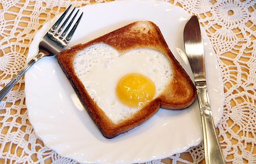 Se a intenção é já começar o dia em clima de romance, prepare um mimo como esse no café da manhã