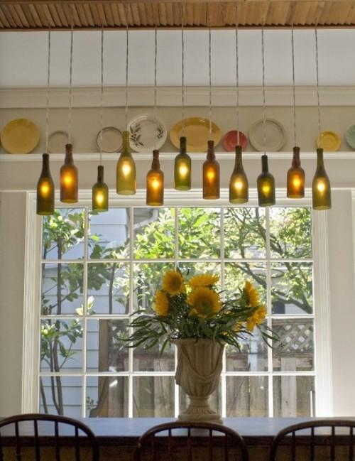 """Luminárias - Essa luminária eu amei! Além das garrafas uma porta também foi reaproveitada. O tutorial está em """"luminária de garrafas"""""""