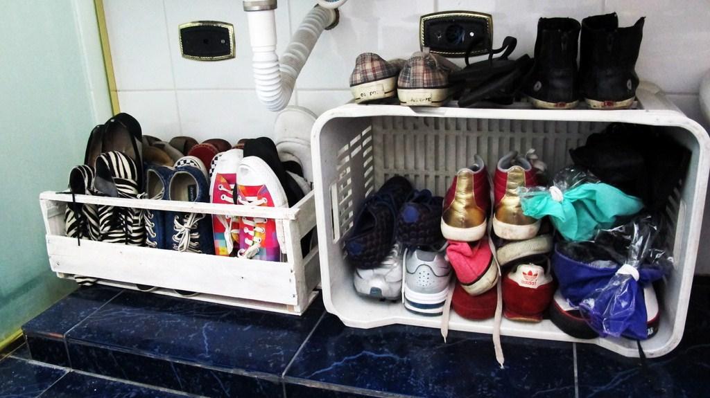 Outra função que o engradado tem na minha casa (que quase não tem armários) é esta: guardar os sapatos que antes estavam espalhados em baixo do balcão do banheiro
