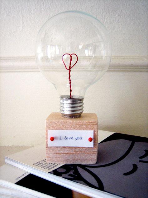 """Sugestão bem legal para quem prefere fazer os presentes ao invés de comprar. O passo a passo está no link """"tutorial presente lâmpada"""""""