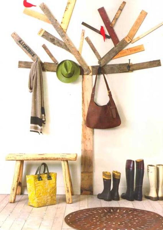 Se você adora uma decoração lúdica e ao mesmo tempo ecológica, essa ideia é a cara da sua casa. Paletes de madeira, com alguns ganchinhos, foram fixados na parede formando o desenho de uma árvore e os passarinhos deixaram o cabideiro ainda mais cheio de graça