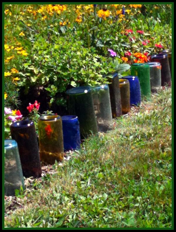 Bordas - As garrafas também podem ser usadas como bordas de jardim. Essas bordas, conhecidas por bordaduras, servem para separar duas diferentes áreas de jardim, como, por exemplo, grama e outra vegetação, evitando que uma invada a área da outra