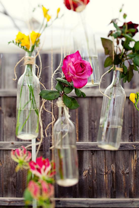 Vaso - Para ficar mais charmoso, você pode pendurar as garrafas. Use fitas de barbante ou qualquer outro tipo que seja bem resistente