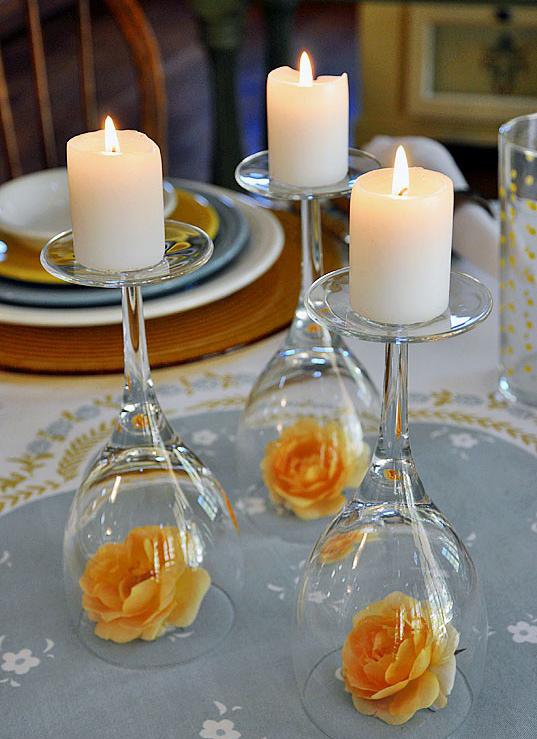 Taças - Se você quiser preparar um jantarzinho à luz de velas e ainda não tiver garrafas vazias, pode usar taças como castiçal. Coloque-as de ponta-cabeça sobre a mesa e use velas mais grossas