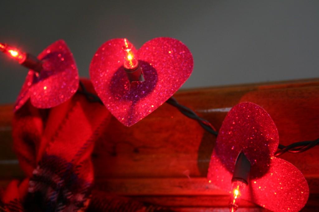 Pouca luz cria um clima mais intimista. Use o pisca-pisca que estava na árvore de natal do ano passado e o enfeite com corações para entrar na temática do Dia dos Namorados. Olha no link