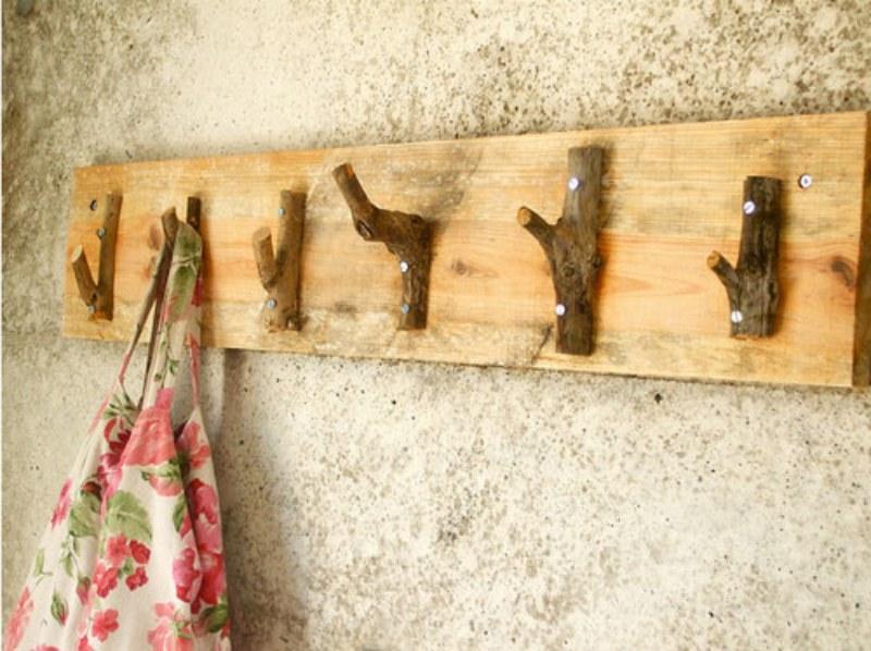 Outra maneira de usar os galhinhos para fazer um cabideiro é assim. Use uma furadeira para aparafusá-los na base de madeira