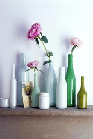 """Vaso - Para deixar a casa mais colorida, as garrafas podem ser pintadas. E há várias maneiras de fazer isso! Veja abaixo nos links """"pintando vidro com spray"""", """"pintando vidro com tinta esmalte"""", """"pintura translúcida para vidro"""" e """"pintando vidro por dentro"""". Os efeitos também são os mais variados, mas todos são fáceis de fazer"""