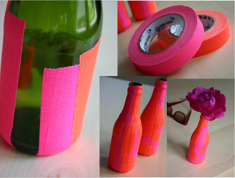 """Vaso - Outra maneira de colorir as garrafas, e ainda mais simples, é assim: com fitas adesivas. Se ficou curiosa para saber mais sobre esse assunto, clica no link """"esparadrapos coloridos"""", e se quiser deixar suas garrafas como as da foto, clica no link """"fitas adesivas nas garrafas"""""""