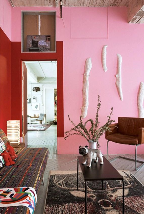 Pintar paredes é um dos jeitos mais fáceis rápidos e baratos de mudar, alegrar e levantar uma casa. Não tenha medo das cores. Que tal misturar rosa e vermelho?