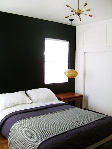 Sem grana pra cabeceira da cama? Que tal pintar a parede de apoio com uma cor bem escura?