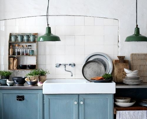 Pra começar, que tal colocar uma luminária bacana na sua cozinha? Eu gosto bastante desse modelo meio industrial e dá pra achar uma dessas por um preço com apenas dois dígitos. Se a sua cozinha for mais colorida, tente as mais neutras. Se não, se joga numa cor forte (já vi por aí verde, vermelha, amarela, laranja e azul)