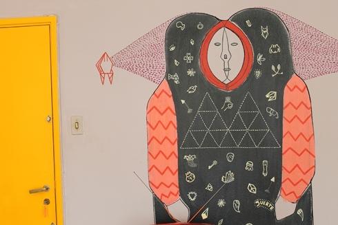 Por fim, tem um amigo grafiteiro ou ilustrador, de cujo trabalho você goste muito? Que tal perguntar se ele não quer rabiscar uma parede sua em troca de um jantar especial?