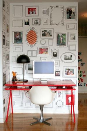 E que tal desenhar uma moldura toda bonita na própria parede pra destacar suas fotos e ilustrações? Basta um pouquinho de firmeza na mão, criatividade e um canetão desses que escrevem em CD