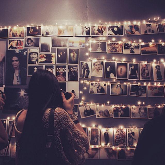 Você pode incrementar ainda mais o seu varal de fotos, usando as famosas luzinhas de natal. Facinho de encontrar na 25 de Março