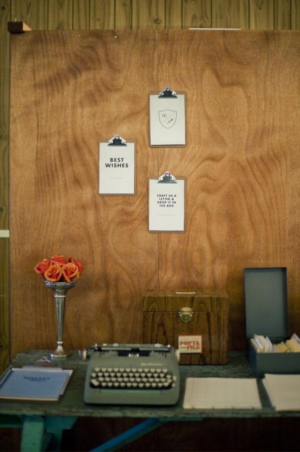 Prancheta de madeira também é uma opção barata e charmosa para expor suas fotos e postêrs menores. No máximo R$5 a unidade, em papelarias